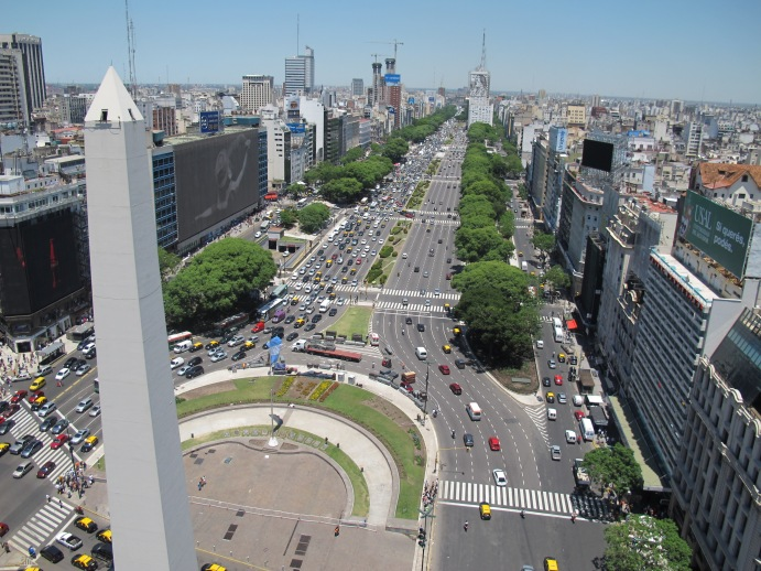 El Obelisco se sitúa en la instersección de la calle Corrientes y la 9 de Julio